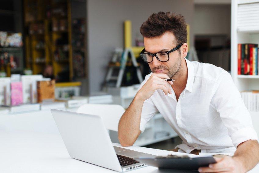 Homme devant son ordinateur portable