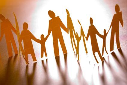 Plusieurs personnes se tenant la main