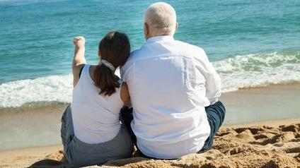 Des retraités face à la mer
